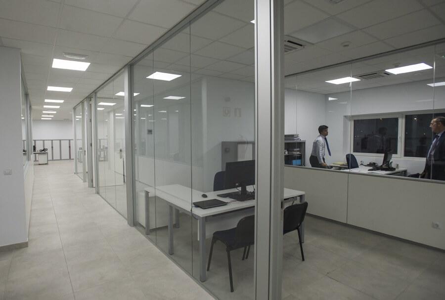 Trabajadores en oficina de Asua Products reformada