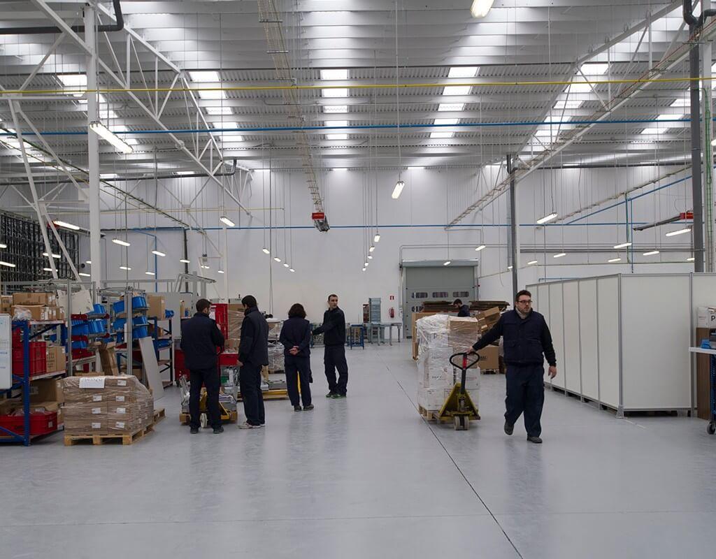 Trabajadores en el interior de la nave industrial de Dibal